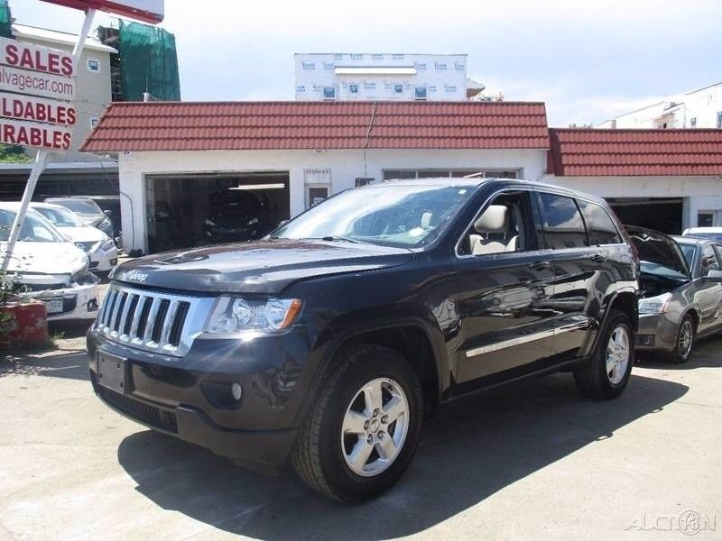 clean 2013 Jeep Grand Cherokee Laredo 4×4